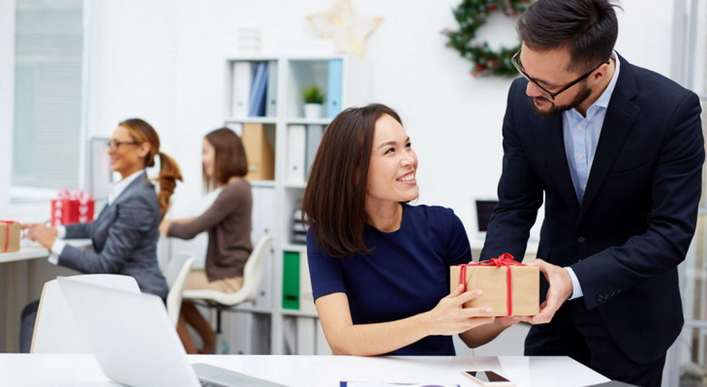 Подарунок для жінки колеги