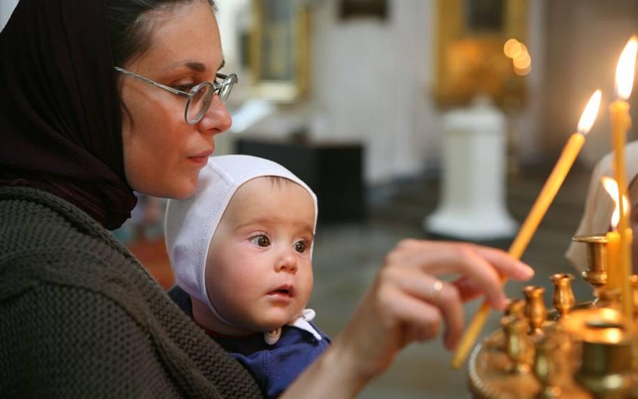 Матір з хлопчиком на руках в православній церкві
