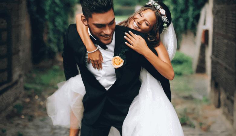 Двоє закоханих людей в день весілля