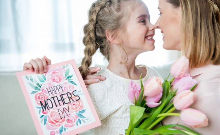 Дочка подарували мамі квіти на свято