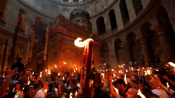 Люди з благодатним вогнем в Ієрусалимі