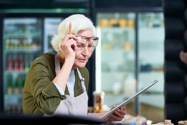 Жінка в пенсійному віці - інвалід по зору