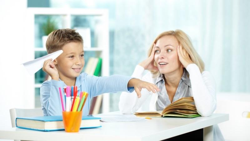 Мати учня першого класу вчить з ним уроки