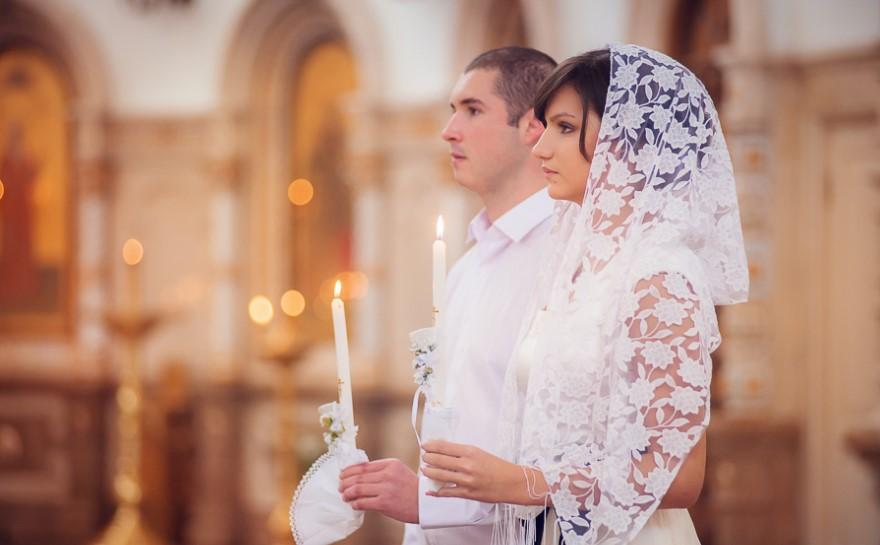 Подружжя вінчається в українській церкві