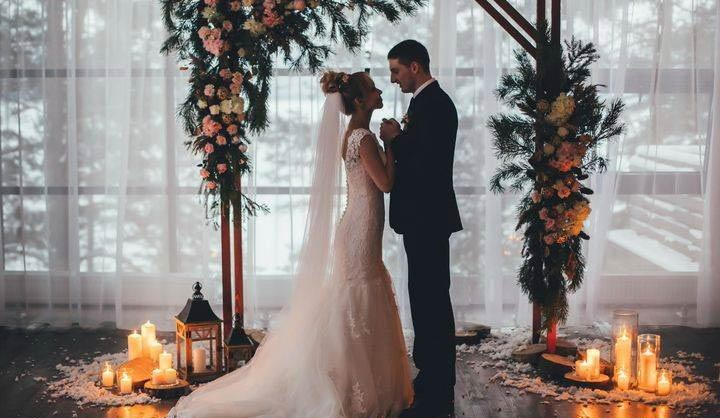 Гарна весільна церемонія, молода пара
