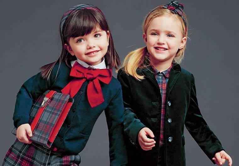 Дві дівчинки йдуть до школи в шкільній формі