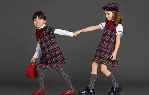 Дівчатка одягненні в модну форму