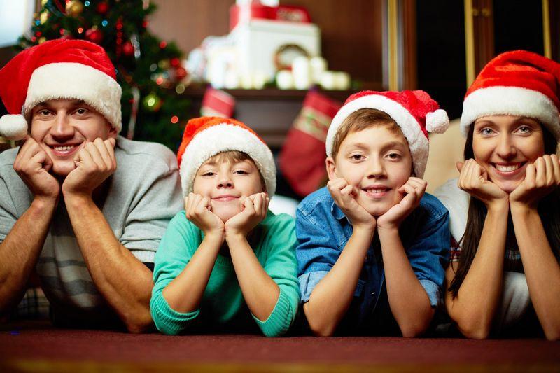 Сім'я грає в веселий новорічний конкурс